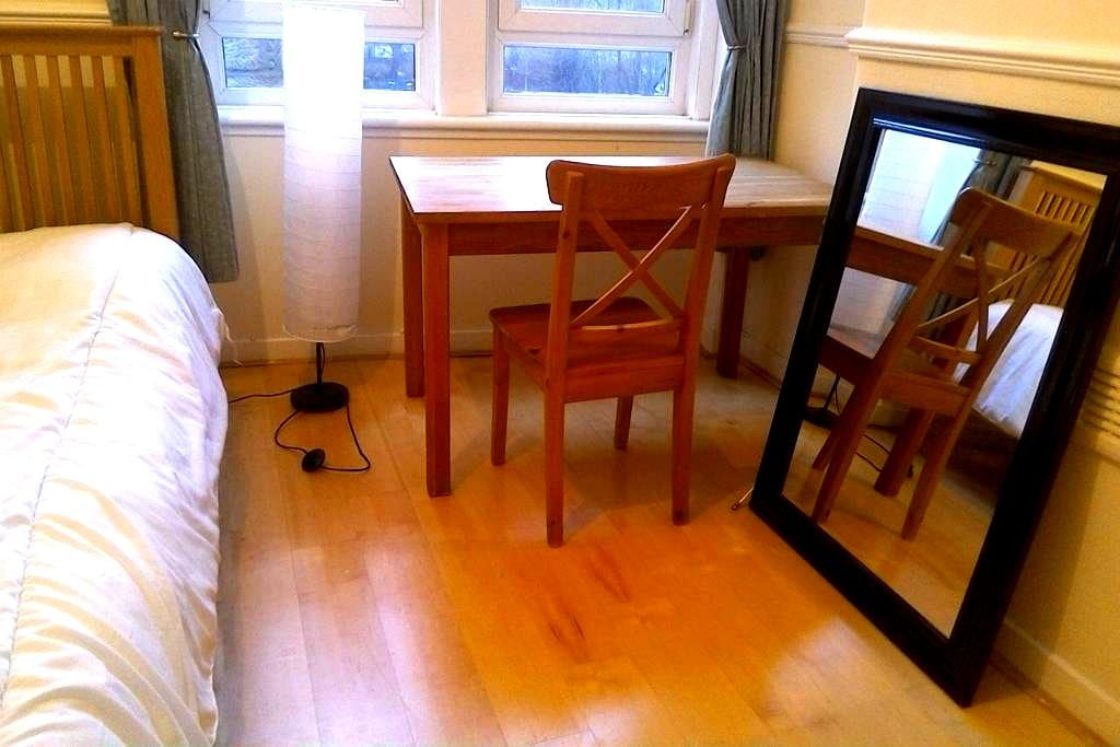 Beautiful room close to Centre (4 min on train) - Glasgow - Leilighet