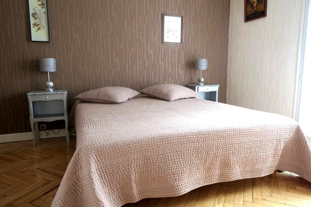 Bedroom,large bed,French breakfast,free parking - ทาเลนซ์ - ที่พักพร้อมอาหารเช้า