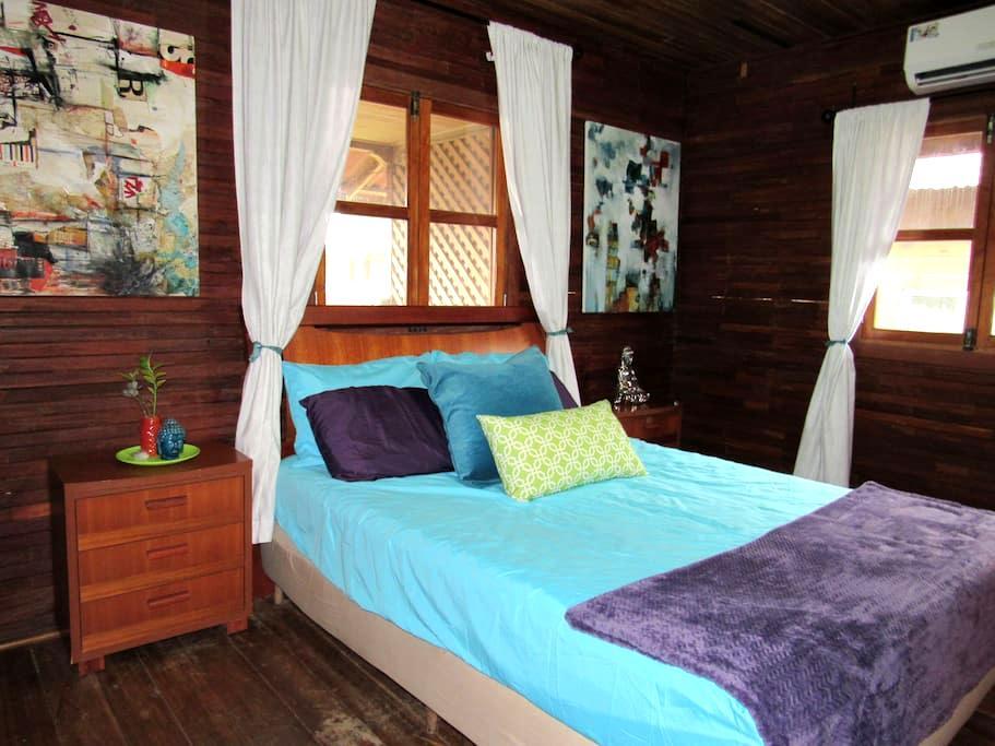 Center of Town! Queen Suite w/Balcony & A/C! - Bocas del Toro Province - Rumah