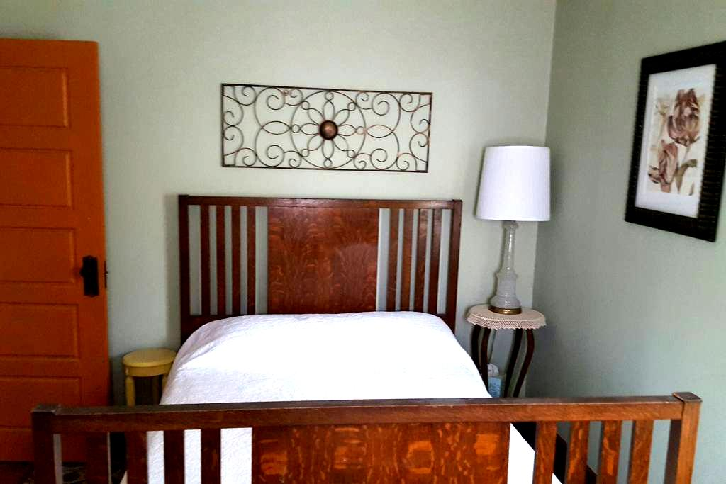 Victorian home with a double bed - Emporia - Hus
