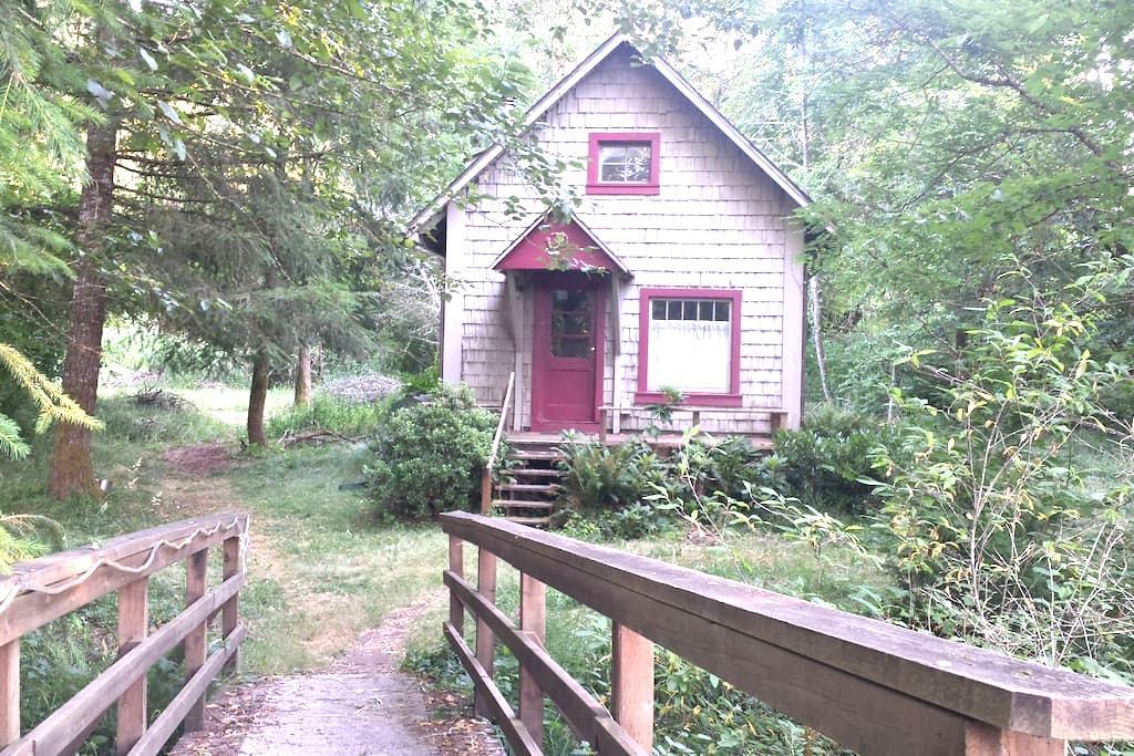 Creek-Side Cottage on a Farmstead - Cottage Grove