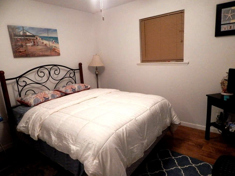 Small Downstairs Bedroom In The Country Boats Okay - Montgomery - Casa