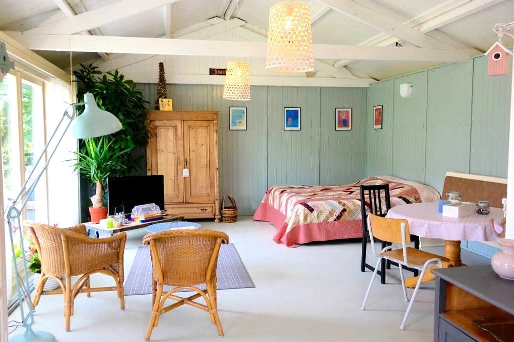 Your own charming and romantic guesthouse, + WiFi! - Honselersdijk - 平房
