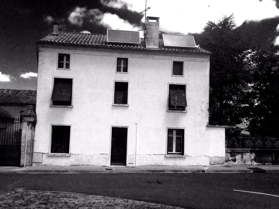 Grande maison à la couronne - La Couronne - Casa