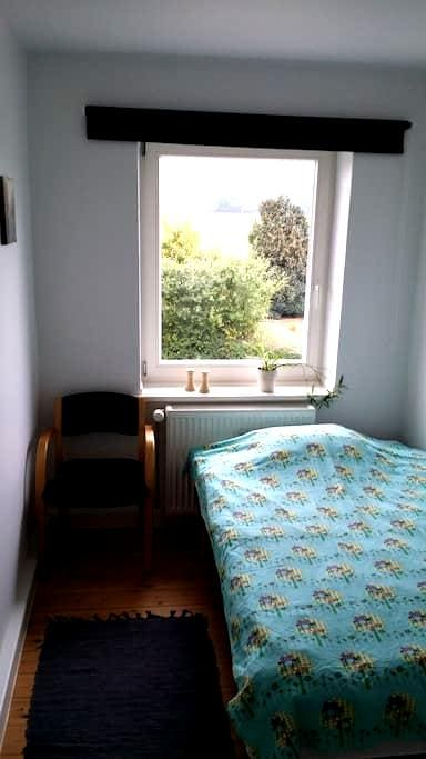 Lille værelse med seng 120x200cm - Holeby