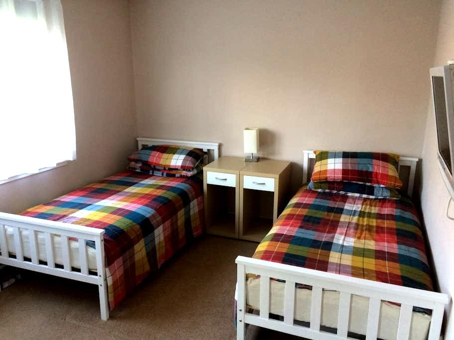 Double or Twin bedroom with own bathroom - Bridge of Don - Dom