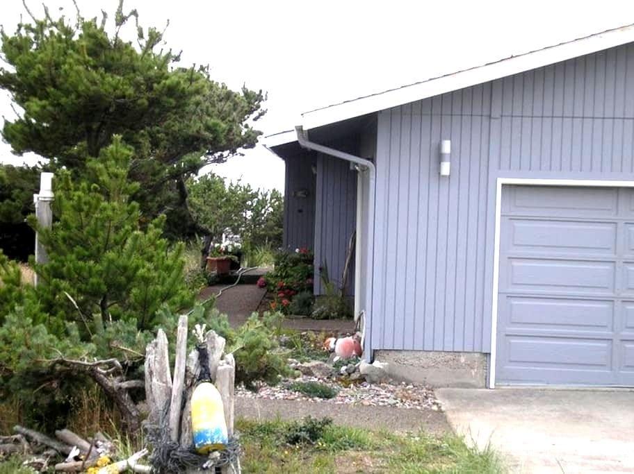 Gardner's on Coracle - Waldport - บ้าน