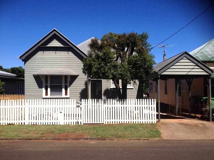 Mort Estate Cottage CBD Location - Toowoomba City - Casa