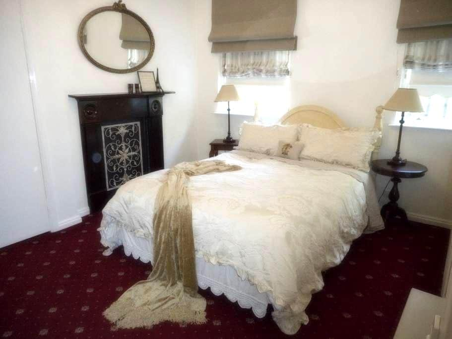 Keebles Country House - Tapestry Rm - Clunes - ที่พักพร้อมอาหารเช้า