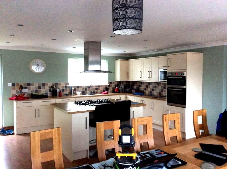 Double bed in a family house available. Professional couple - Dorset - Maison