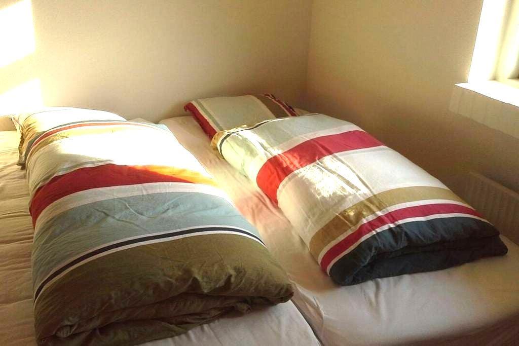 2 vær, 4 senge,babyseng og eget bad - Hinnerup - Casa