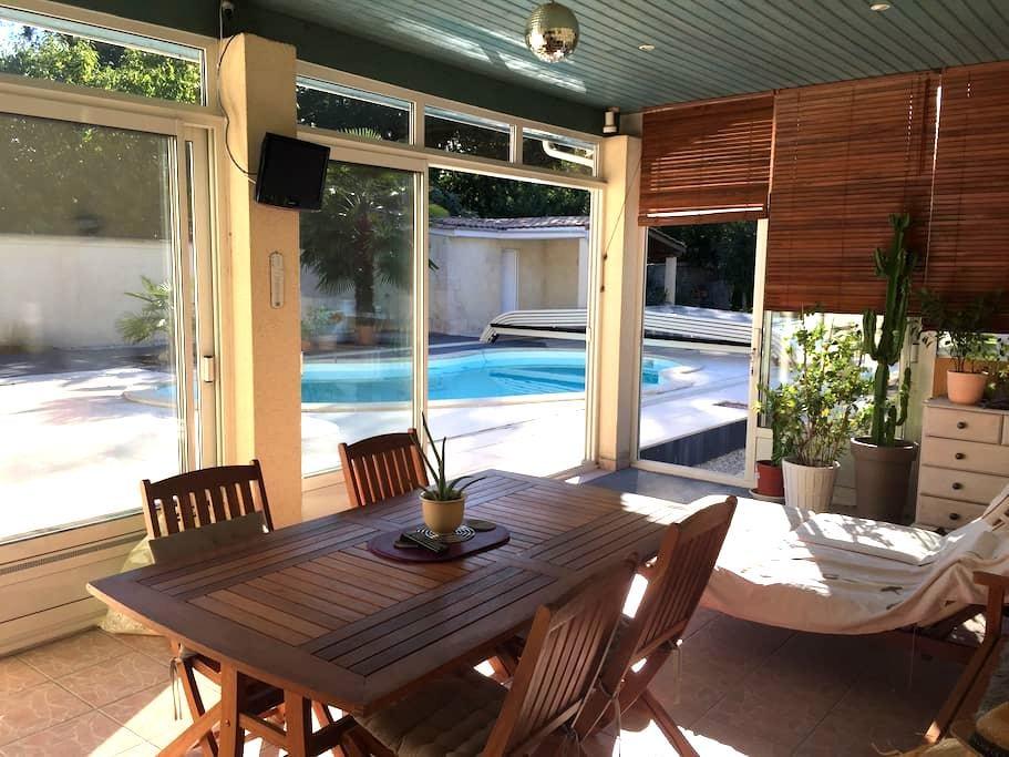 Chambre et terrasse donnant sur la piscine. - Saint-Morillon - Haus