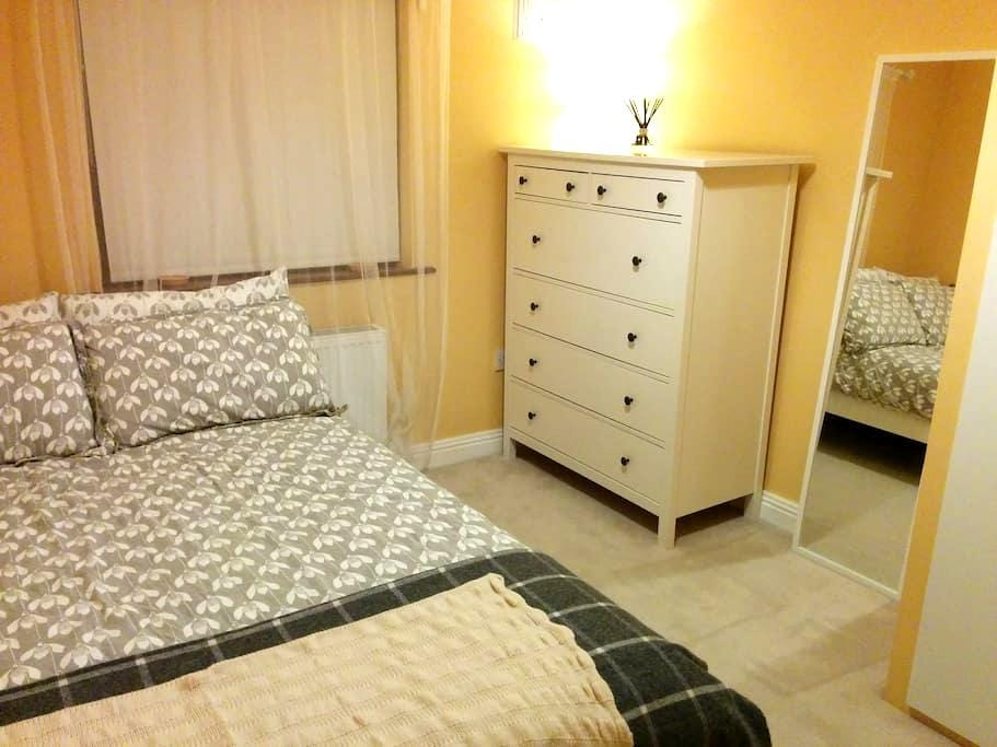 Double room, quiet area close to city centre & UCD - Dundrum - Ev