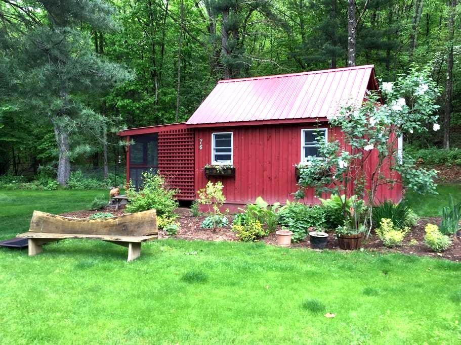 "Goose Landing Cottage by the lake with ""Hot Tub"" - Red Hook - Cabaña"