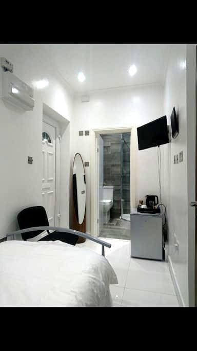 Ensuite single modern room in twickenham - Twickenham - 独立屋