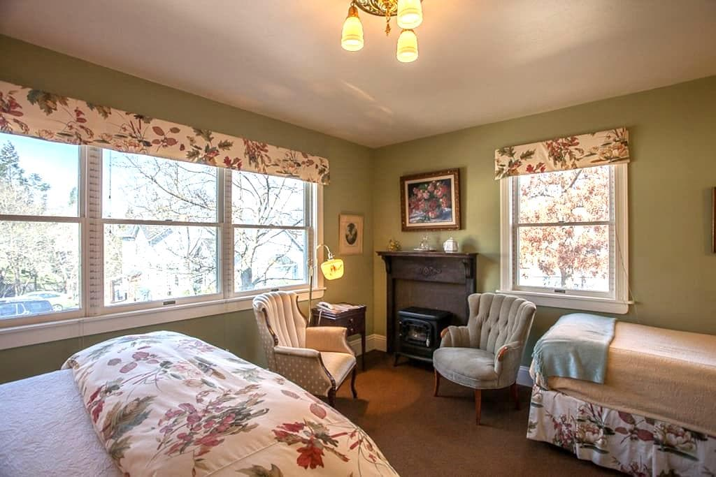 Victorian Mansion - Private Bath - Downtown (AA) - Ashland - Bed & Breakfast