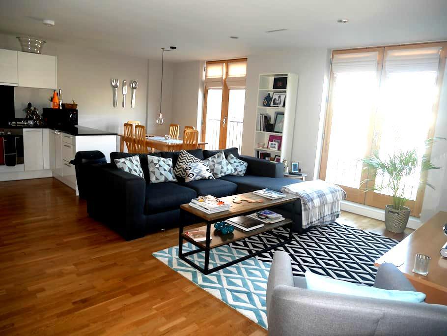 Large, modern 2 bedroom flat -Highbury & Islington - Londres - Apartamento