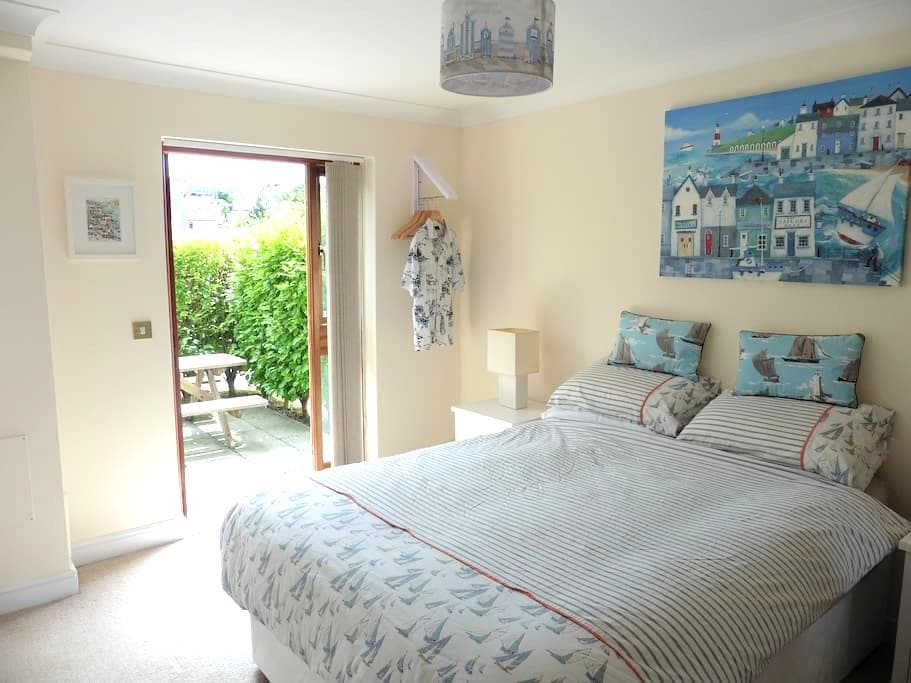 En suite room on private marina - Falmouth - Apartment