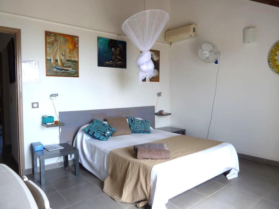 chambre climatisée avec balcon vue mer - Casa