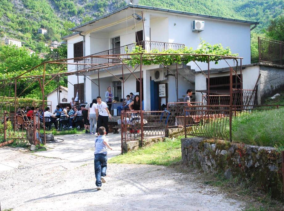 Godinje GuestHomeAmazing LakeView - Godinje village