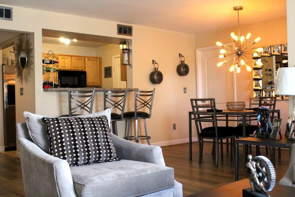 Cozy bedroom in clean condo,Minutes from strip - Las Vegas - Condominium