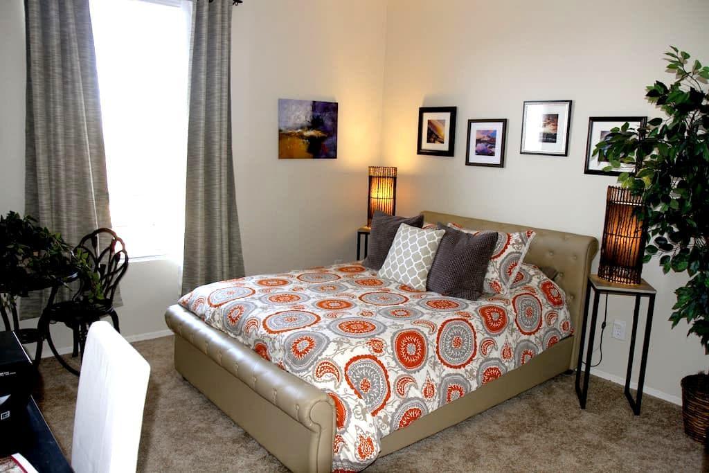 Gorgeous guest room/attached bath/parking/views! - Stevenson Ranch