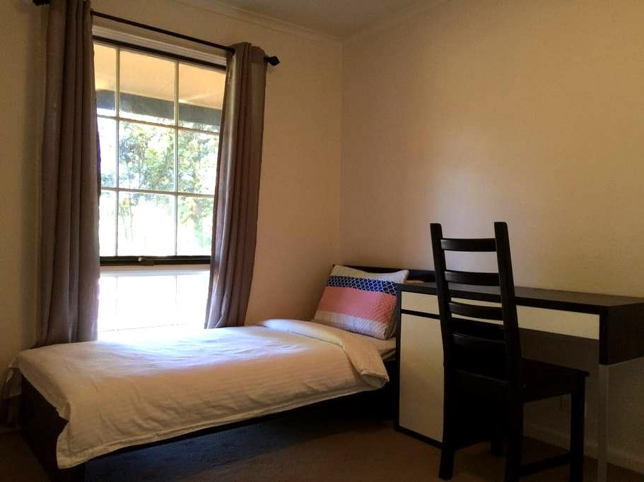 Clean & Private room in Belconnen - Flynn - Huis