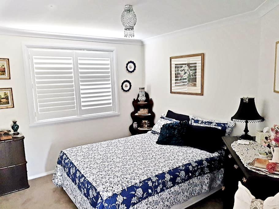 Convenient, Modern, Queen Room Accommodation - Bathurst