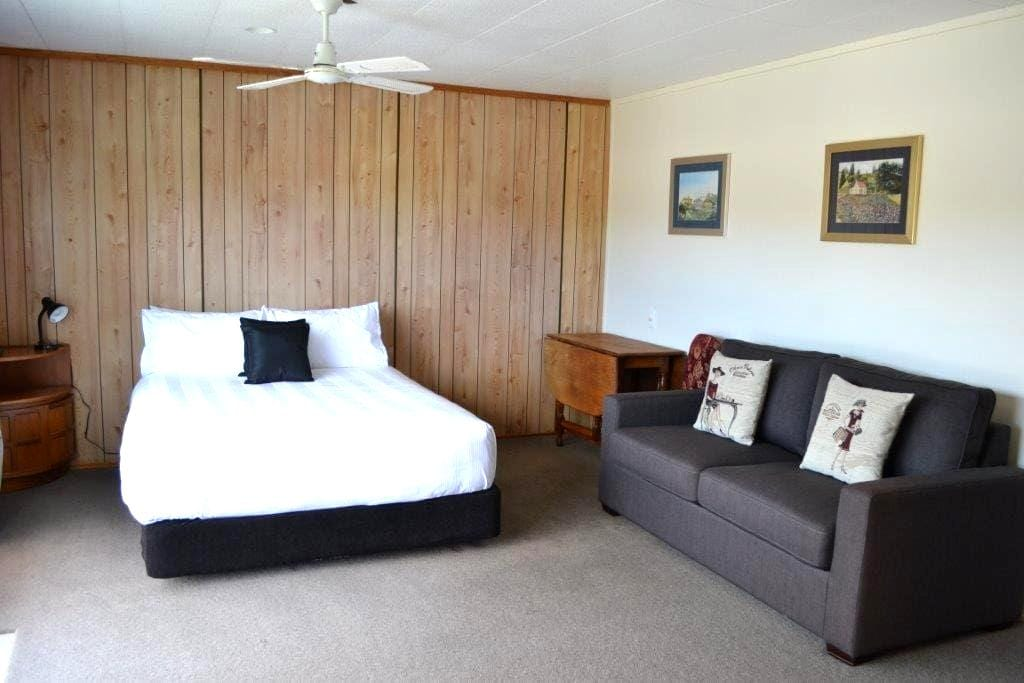 Private Room plus ensuite close to town & beach. - Whitianga - House