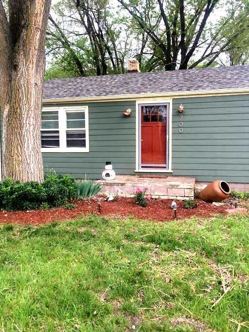 Cute & Cozy 3 Bed/1 Bath House - Lawrence - House