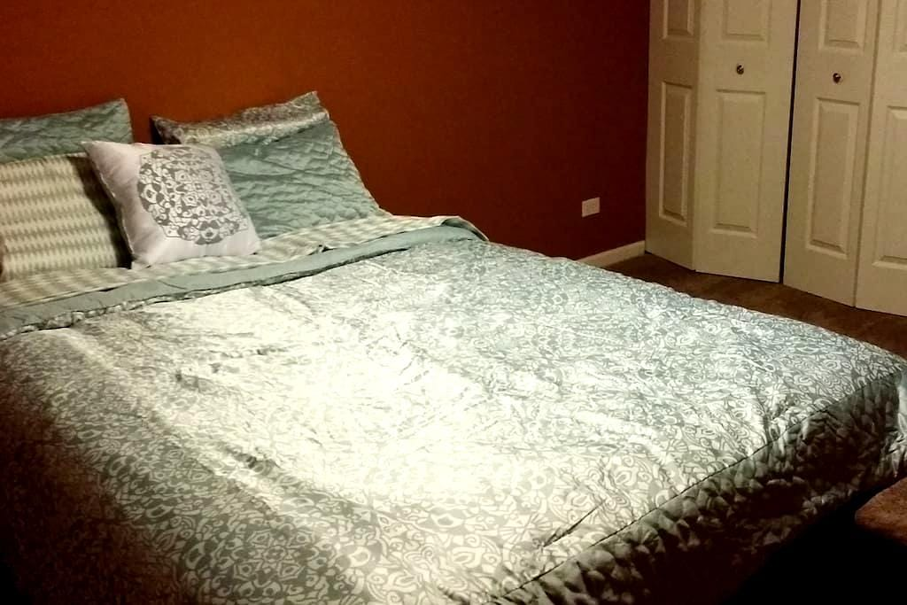 Private room w/ 1 queen size bed - Aurora
