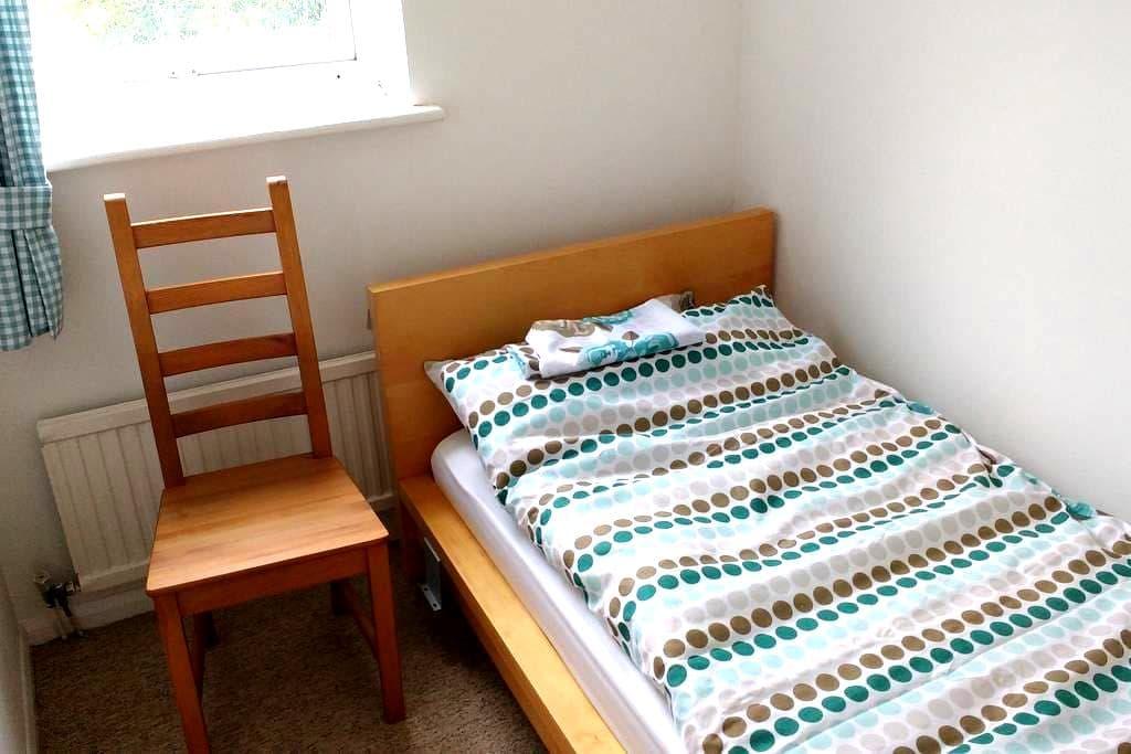 Bedroom 4 : Small single room in Aylesbury - Aylesbury - House