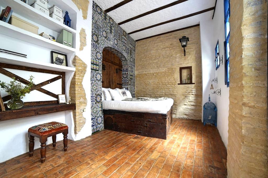 Restoring 500 year old house in Barrio Santa Cruz - Sevilla - House