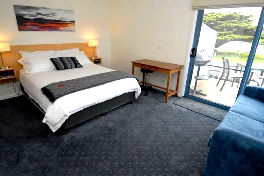 Queen Suite - beautiful sea views! - Portland