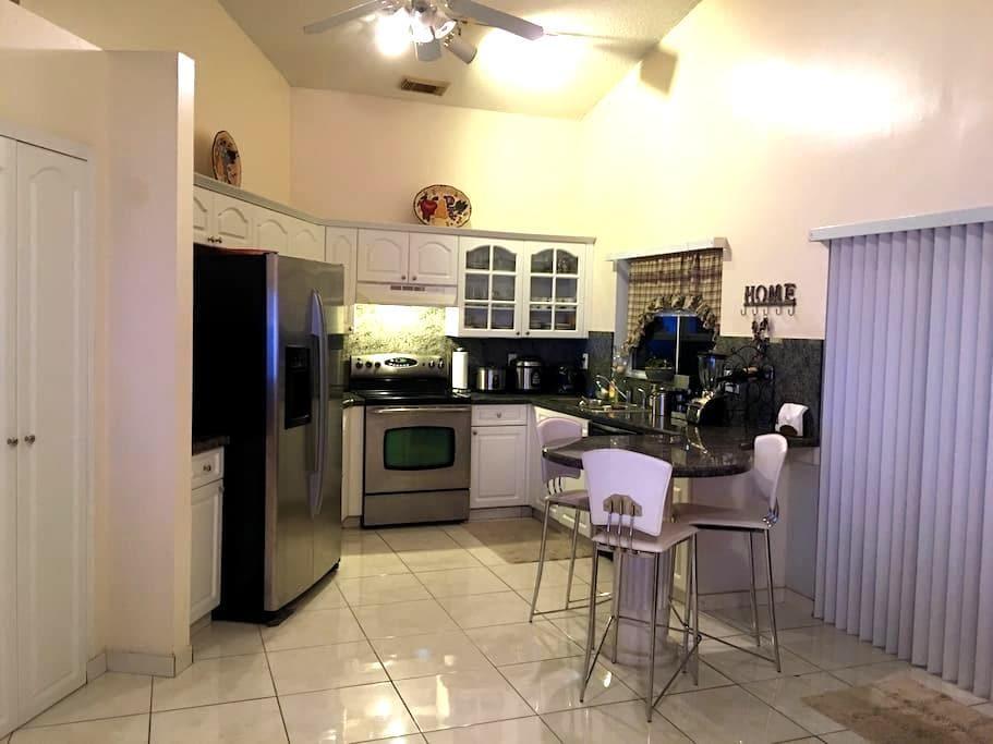 1 bedroom 1 bath inside the house. - Pembroke Pines - House
