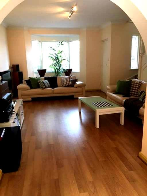 TRENDY SEASIDE TOWNHOUSE - Glenelg - ทาวน์เฮาส์