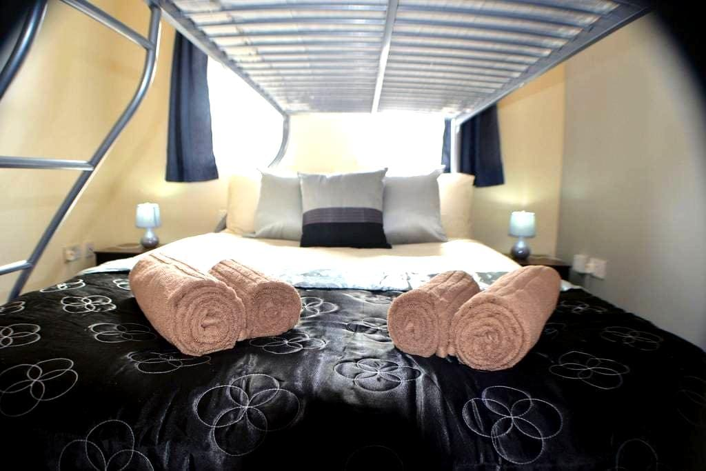 Comfort Triple Room with Private Bathroom - Manchester - Bed & Breakfast