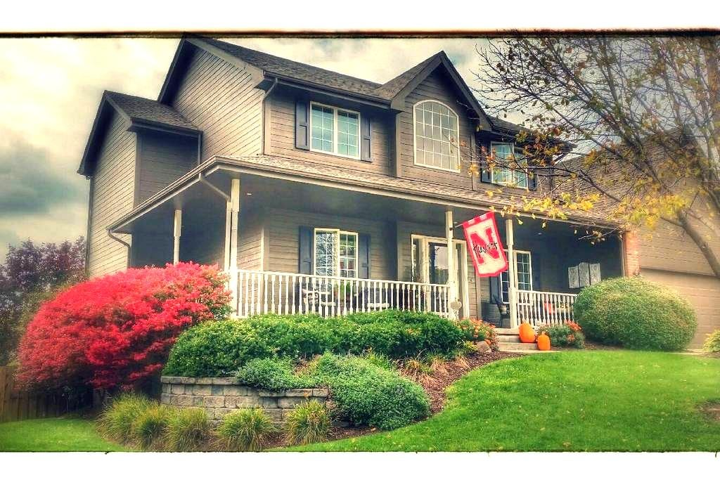 A Something Special Home - Sleeps 8 - Papillion