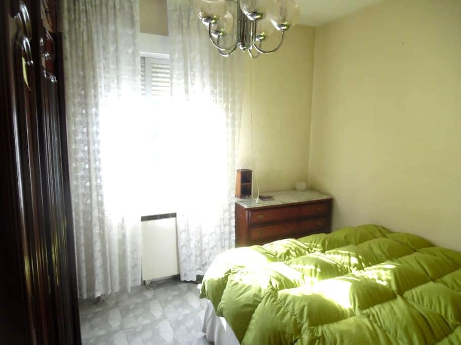 Beautiful double room next to the airport. - Madrid - Dormitorio compartido