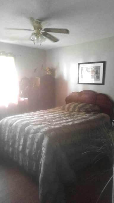 Quaint cosy warm bungalow - Brockville - Huis