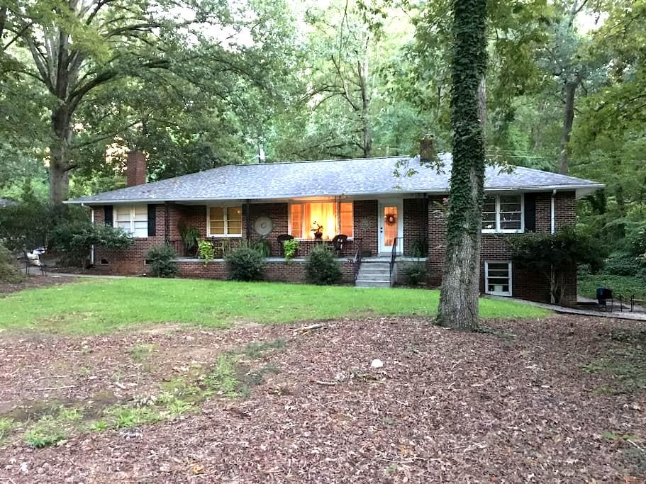 Charming Brick Home in the Saluda River Woods - West Columbia - Hus