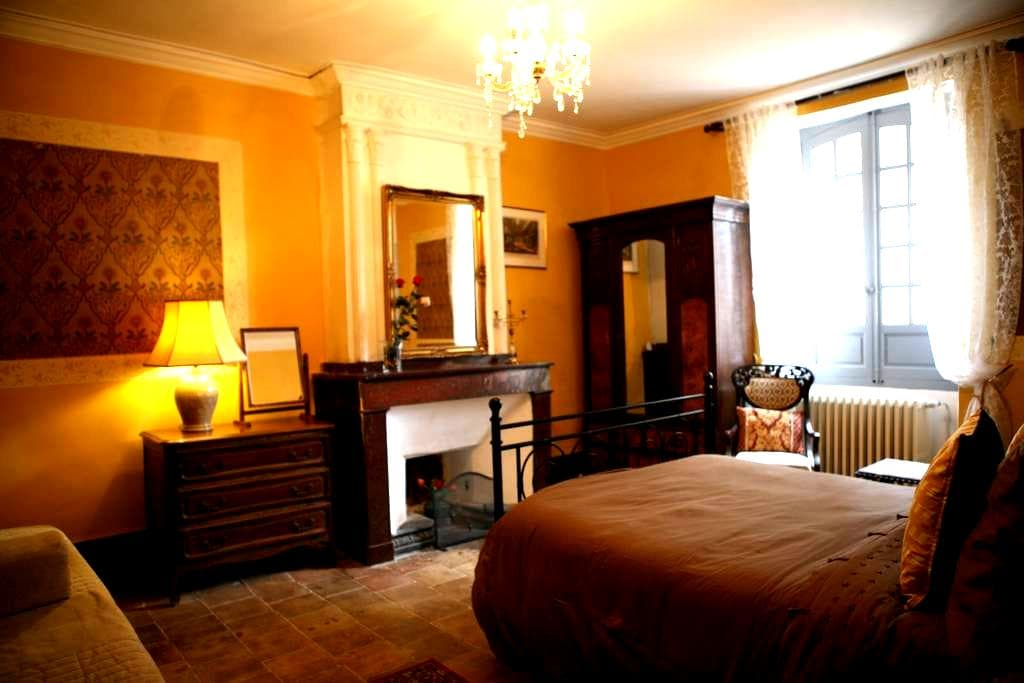Historically restored beautiful room with bathroom - Argelliers - Adosado