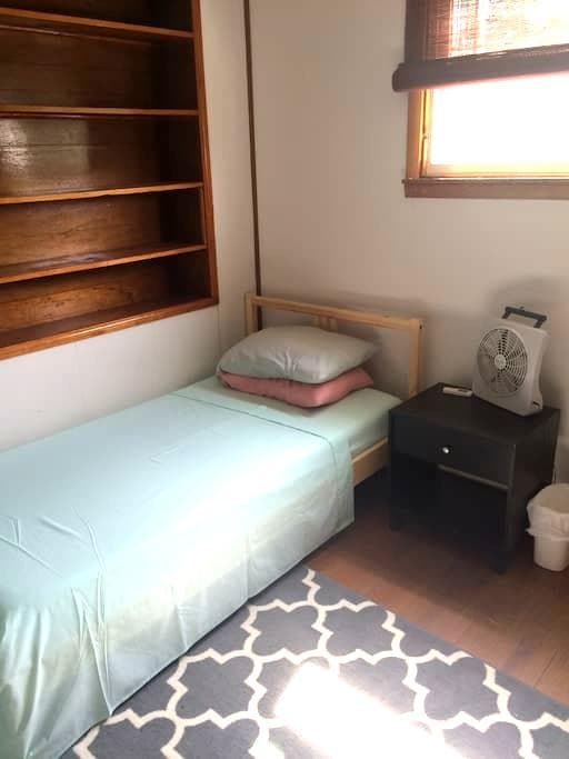 Bedroom near Train - Lansdale - House