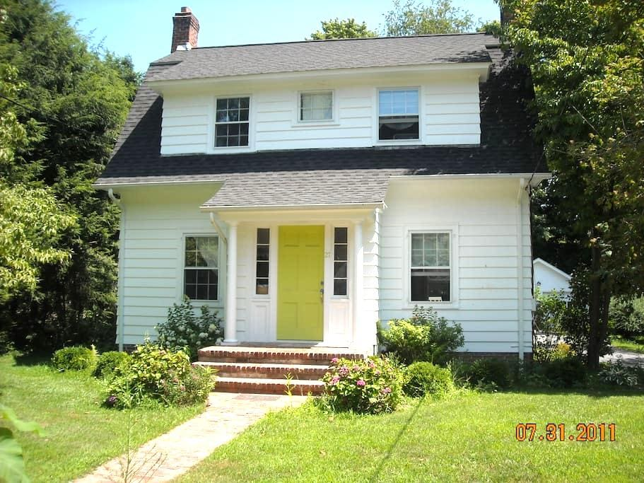 Kent village home 2 hrs from NYC - Kent - Huis