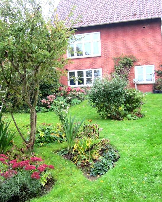 Havestue, egen indgang, gardenroom, eco breakfast - Svendborg - Adosado