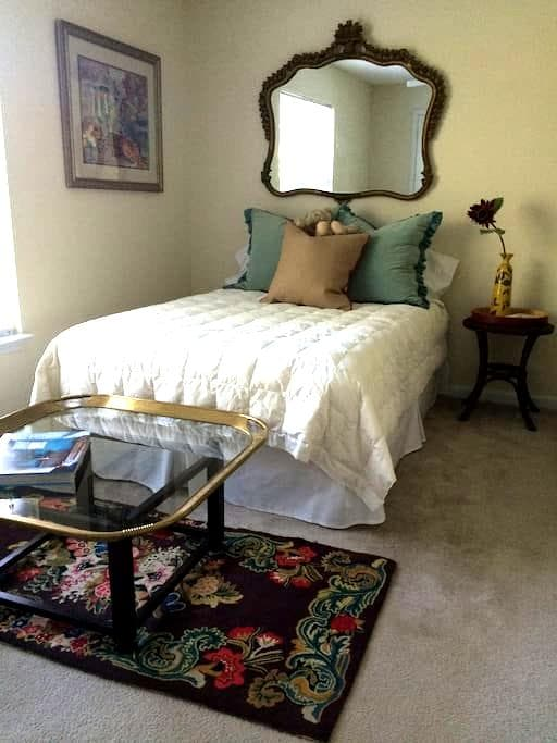 Sunny, serene and peaceful. - Winston-Salem - Apartment