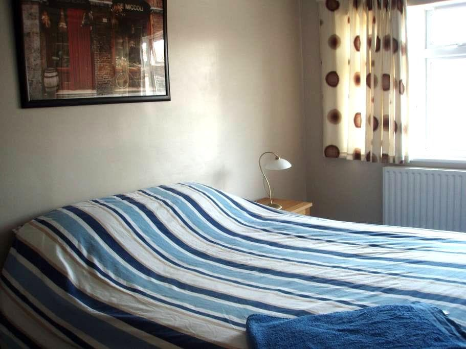 Large Bright Double Room TV+wifi nr NPL & College - Teddington - Hus