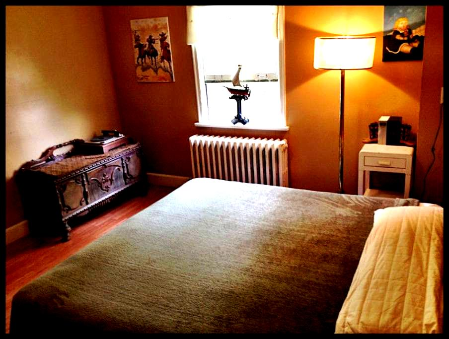 King Sized bed in beautiful room - St John's - Ház