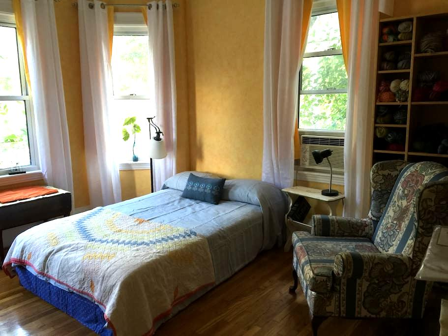 Sunny rm in Brookline/Boston w/parking - Brookline - Appartement