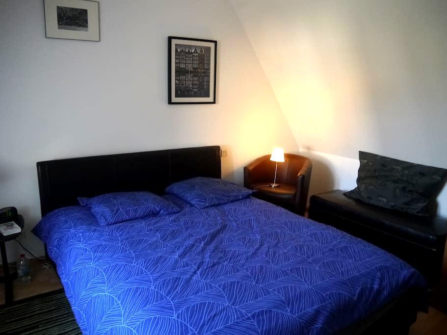 Chambre à l'étage petite maison - Laval - Huis